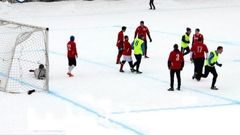 Стартовые матчи областного первенства по футболу на снегу прошли в Вологде
